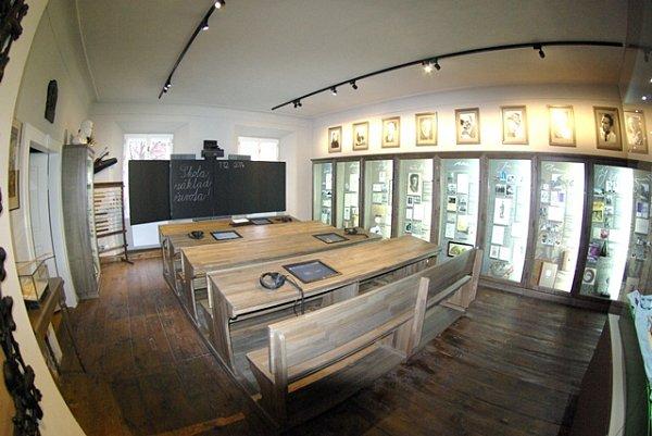 Návrat do školních škamen, které jsou vylepšeny omonitor se sluchátky, mohou zažít dospělí návštěvníci muzea.