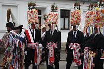 Na tradiční růžičkovou koledu se v sobotu vydali mladí muži v Ločenicích. Masopust zde má dlouhou tradici.