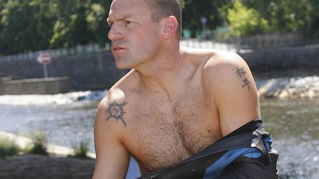 Jednačtyřicetiletý Paul Whitaker skočil v pondělí v Českých Budějovicích do Vltavy a vydal se kraulem ku Praze. Tam by měl dorazit 17. července. 175 kilometrů dlouhou trasu chce uplavat za osmnáct dní, dva dny bude odpočívat.
