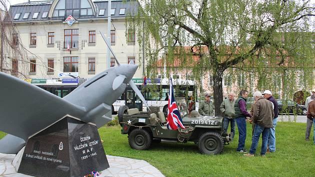 Pietní akt u pomníku českým letcům, kteří ve 2. světové válce bojovali v řadách britské R. A. F.