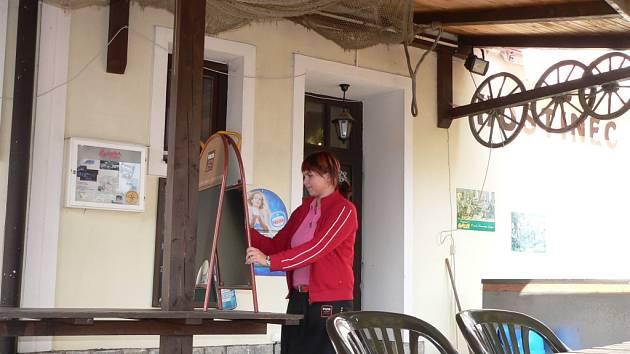 Už jen pár posledních sobot a nedělí schází do konce října. Potom uklidí i předzahrádku v Restaurantu Žumberk, která zatím svou nabídku kolemjdoucím poctivě obnovuje každý den. Na snímku z víkendu nově přepisuje ceduli Hanka Kašparová.