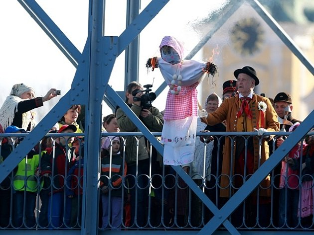 Vltavotýnští baráčníci a děti z MŠ U Lípy včera mezi prvními z celého kraje vynesli Moranu na most, kde ji zapálili a vhodili do Vltavy.