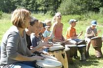 Bubnování v kruhu si vyzkoušeli účastníci letního tábora nedaleko Žumberka. Stačilo několik vteřin a všichni se nechali strhnout k vášnivému výkonu.