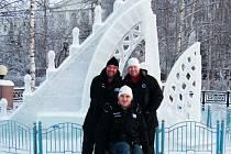 Českobudějovický trojlístek Jiří Rumplík (vlevo), Zdeněk Klíma a před nimi Tomáš Podhradský se nechali vyfotit na náměstí v Khanty Mansijsk, kde byl vybudován komplex ledových soch a skluzavek pro děti