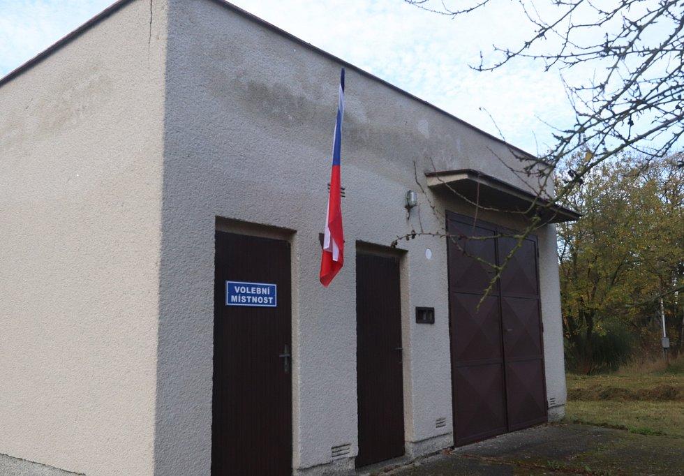 Volební místnost v Krakovčicích u Týna nad Vltavou.