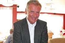 Bývalý předseda  Českého svazu hokejistů Vratislav Kulhánek je členem výkonného výboru volejbalového svazu. Jak je vidět, styl při zahrávání bagru má na první pohled perfektní.