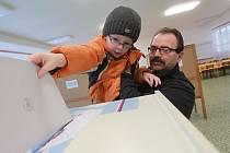 Hlasovat v referendu přišel i Josef Kunc s vnukem Petrem.