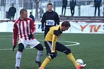 Jakuba Řezníčka stíhá žižkovský Řezníček. Žižkovu fotbalisté Dynama v minulém kole Tipsport ligy podlehli 0:2.