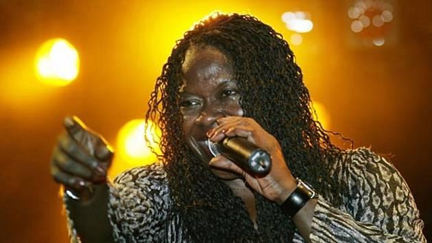 Nevlastní otec americké bluesové divy Peaches Staten byl DJ. Ona sama pracovala původně v bluesovém klubu jako číšnice, odkud ji kamarádka přivedla ke zpívání.