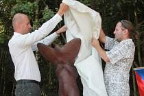 Asi 1,7 metru vysokou keramickou skulpturu odhalili loni v srpnu místostarosta Boršova nad Vltavou Miroslav Nejedlý a autor díla Petr Fidrich (zleva). Pomník připomíná amerického letce Raymonda F.Reutera, který byl na tomto místě sestřelen 17. 4. 1945.