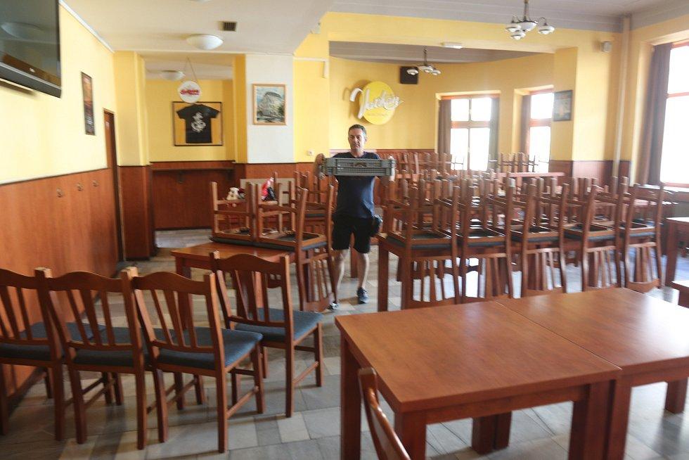 """V restauraci Vatikán na Lannově třídě na začátku týdne naváželi stoly a židle k prostornému venkovnímu posezení. """"Těšíme se na pondělí a na naše hosty,"""" říká provozní Martin Šnokhaus."""
