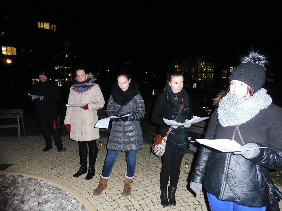 Koledy zpívali i u Jihočeské univerzity u lavičky Václava Havla. Po českých následovaly ty zahraniční.
