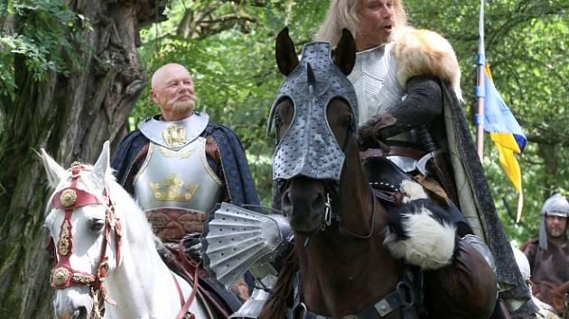 Česká televize natáčela v Kestřanech na Písecku pohádku Pravý rytíř, která se bude vysílat o Vánocích. Na snímku Jiří Korn jako král a Lukáš Vaculík jako rytíř.