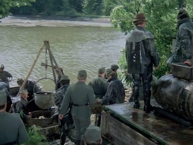 Záběr z filmu Zlatí úhoři. Výlov, při němž se ryby nakládají do dřevěných kádí, se natáčel u Pivovarského rybníka v obci Bzí na Vltavotýnsku.