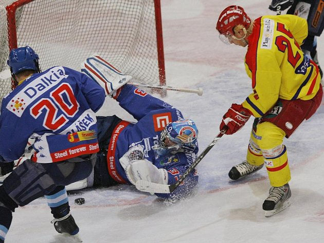 Jiří Ferebauer (ve žlutém dresu) už juniorům HC ČB nepomůže, produktivní útočník před několika dny zamířil z Českých Budějovic do Mladé Boleslavi.