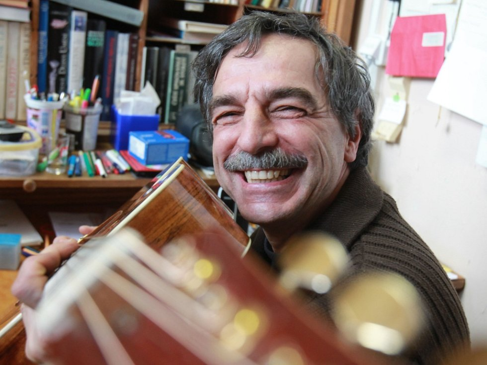Pavel Jarčevský, kytarista a spoluzakladatel folkové skupiny Jen tak tak z Jindřichova Hradce.