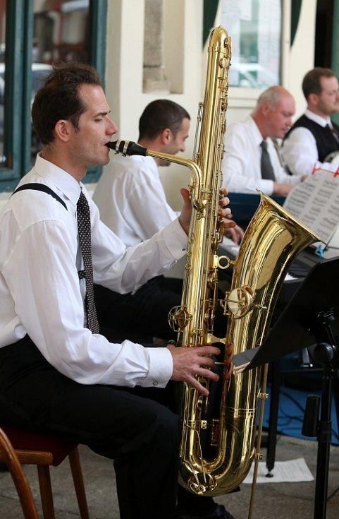 Obnovená kapela Schwarzenberské gardy hrála 5. července na náměstí v Českém Krumlově. Na snímku Petr Pospíšil, hráč na bassaxofon a kontrabas.