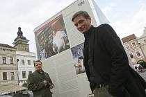 Mikuláš Kroupa (vzadu) a bratr Martin u panelu s příběhem otce Daniela Kroupy.