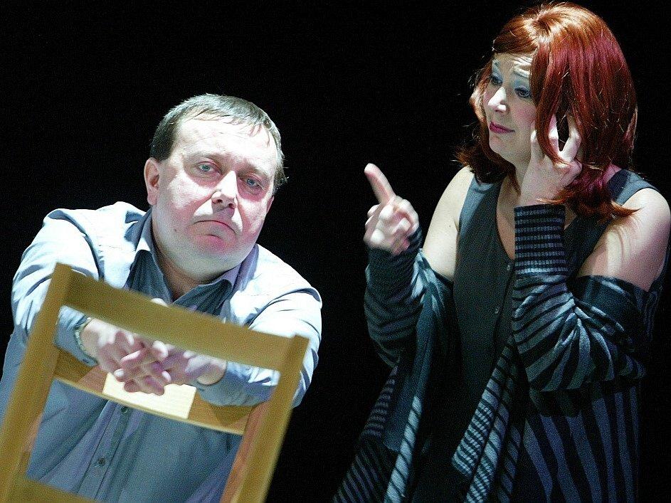 Herečka Lenka Krčková jako Lise ve hře Kdo je tady ředitel, , vlevo Martin Hruška, Jihočeské divadlo, 2010.