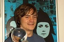Jirka Mádl přivezl do CineStaru  ukázat Křišťálový globus, kterým byl  film na karlovarském  festivalu  oceněn.