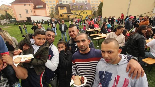 Asi sto padesát českobudějovických Romů oslavilo společně ve farní zahradě salesiánů ve Čtyřech Dvorech v Českých Budějovicích Mezinárodní den Romů.
