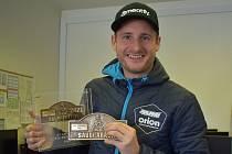 Martin Michek představuje své trofeje z Rallye Dakar. V kategorii motocyklů skončil desátý, v hodnocení jezdců na produkčních strojích dokonce druhý. Nyní se přeorientuje na motokros, ve kterém se stal už dvakrát vicemistrem světa.
