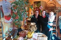 Svůj vysněný obchod si Marta Balounová (vlevo) otevřela v Novém Vrátě letos v květnu. Na snímku je s dcerou Kateřinou a vnučkou Vlastou Něničkovou.