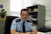 V čele obvodního oddělení policie v Hluboké nad Vltavou stojí nadporučík Josef Koblic (39). Ve svém volném čase nejraději sportuje, věnuje se turistice a tráví čas se svým psem