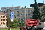 Parkoviště na Senovážném náměstí v Českých Budějovicích dostane do konce roku informační cedule, kamery a závory. Řidiči se už u vjezdu dozvědí, jestli jsou ještě volná místa.
