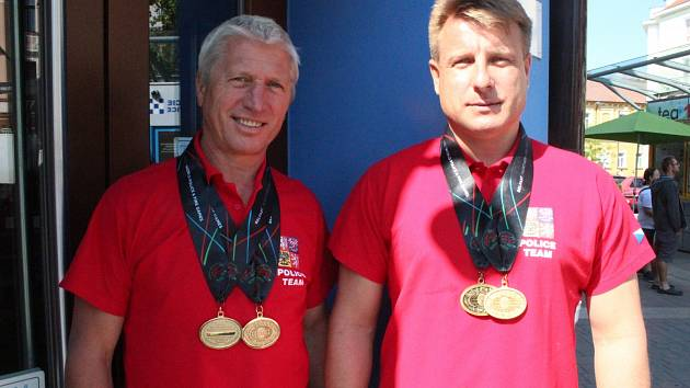 Instruktoři Jiří Faktor (vlevo) a Martin Hermann z krajského ředitelství policie bodovali na hrách v Belfastu.