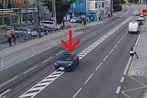 Policejní honička v centru Českých Budějovic, jak ji zachytily kamery v policejních vozech i ve městě.