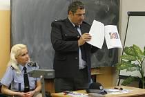 Policisté besedovali se studenty zdravotnické školy.