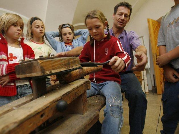 Děti z trhosvinenského Domečku si v novohradské Koželužně vyzkoušely práci se dřevem.