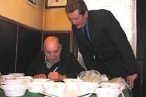 Ochutnávačské porce připravoval pro porotu hlavní sudí Jiří Toninger. Sám ovšem neochutnával. S přípravou soutěže mu na snímku pomáhá Martin Ludvík.