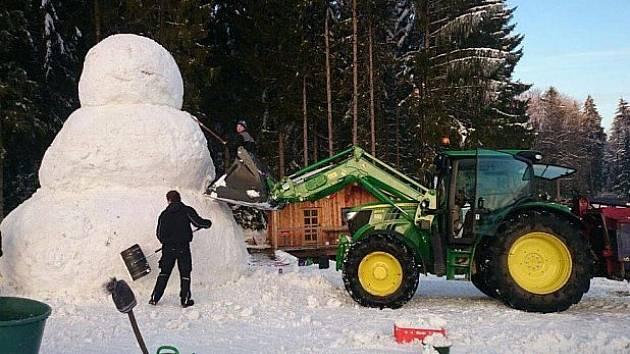 Sedmimetrový sněhulák u sousedů.