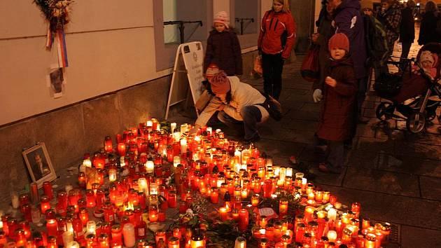 """""""Jsem v pokoji hotelu. Venku je strašný mráz. V televizi sleduji přímý přenos z Vladislavského sálu. Václav Havel je zvolen prezidentem. Chci zpívat a slavit,"""" píše ve své vzpomínce David Jan Žák. Na snímku srdce ze svíček před českobudějovickou radnicí."""
