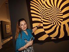 Dílo umělce Victora Vasarelyho, zakladatele stylu op-art, představitele optického umění, si můžete prohlédnout v Alšově jihočeské galerii v Zámecké jízdárně v Hluboké nad Vltavou do 1. října.