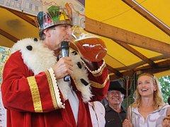 Jednu z oceněných dobrot, medový čtrnáctistupňový speciál z produkce minipivovaru Kněžínek, ochutnal na Selských slavnostech v Holašovicích i král Pohádkového království Václav Vydra.