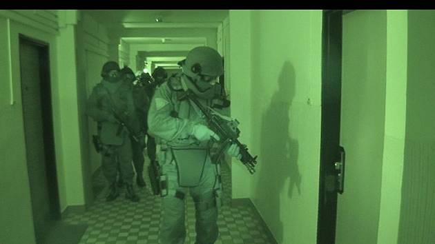 Na autentickém snímku jsou členové jihočeské zásahové jednotky těsně před zatčením autorů dětského porna.
