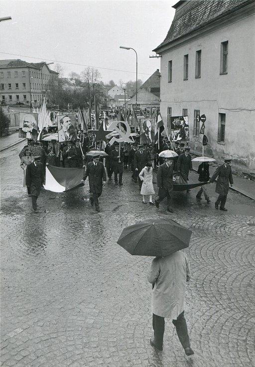 1. máj 1982 Týn nad Vltavou - čelo průvodu