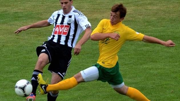 V zápase se Žilinou bojuje o míč Michal Klesa. V úterý hraje Dynamo na Složišti se Znojmem.