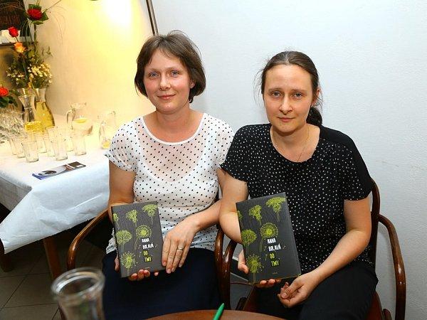 Román Do tmy, který napsala Anna Bolavá (na snímku vpravo), je nominován na cenu Magnesia Litera vkategorii próza.