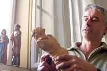 Betlémy a dřevěné skulptury čtyřiapadesátiletého Jiřího Bürgera z Budějovicka znají návštěvníci výstav doma i v zahraničí. Obdivovali je na Pražském hradě, v Itálii, Německu i v Rakousku. Jsou unikátní třeba úpravou povrchu podle receptur starých mistrů.