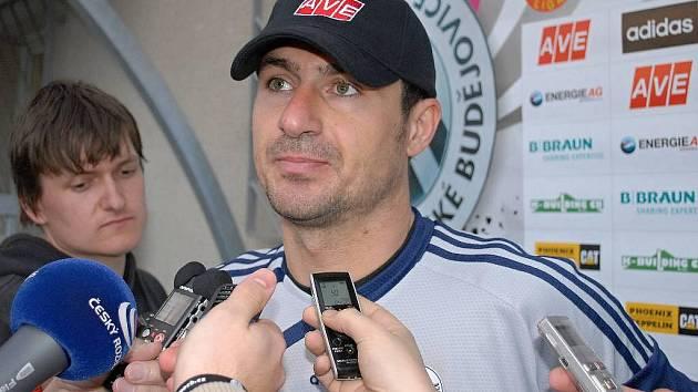 Pavel Kučera bývá po zápase často středem zájmu novinářů.