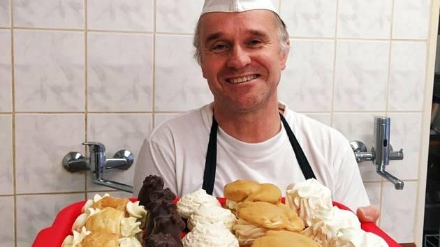 Cukrář Jaroslav Vácha z Hluboké nad Vltavou. Původně lesák nyní zásobuje mlsné jazýčky ve městě i okolí  zákusky.