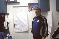 Trenér  týmu Spartak MAS Sezimovo Ústí Jindřich Dejmal dbá na sebemenší maličkosti. Těsně před sobotním zápasem měli hráči rozkresleny na dveřích kabiny situace  do nejmenších detailů.