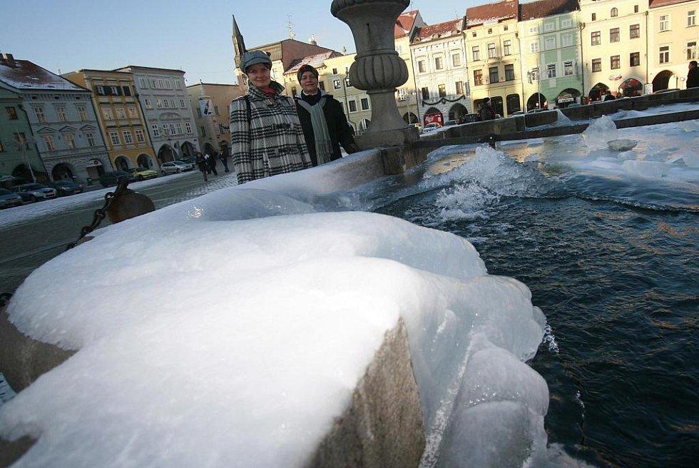LED POD SAMSONEM. V ohrožení je při velkých mrazech i kašna na českobudějovickém náměstí. Firma Čevak ji kontroluje dvakrát denně.