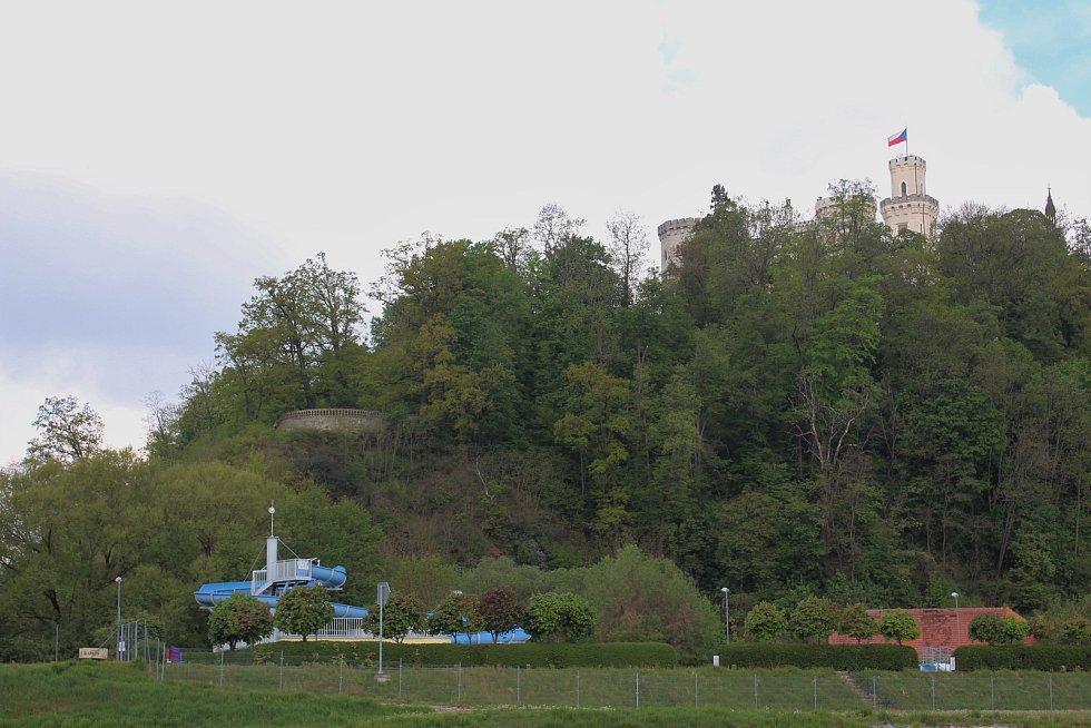 Koupaliště a zámek Hluboká nad Vltavou.