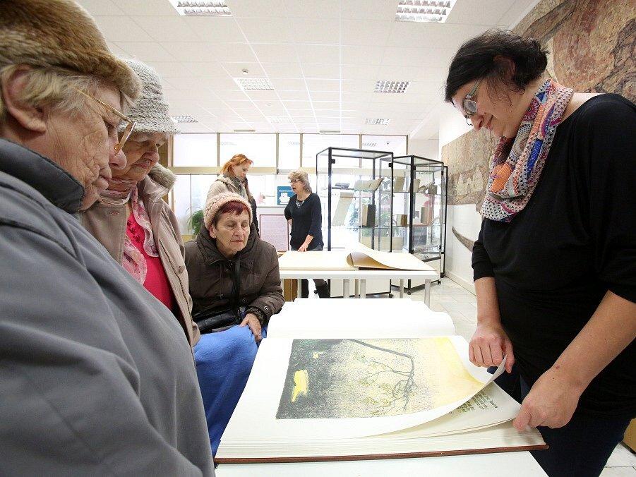 Poklady ze sbírek Jihočeské vědecké knihovny se jmenuje kniha, která shrnuje její největší vzácnosti. Unikáty ukázala Jihočeská vědecká knihovna 14. ledna ve svém českobudějovickém sídle.