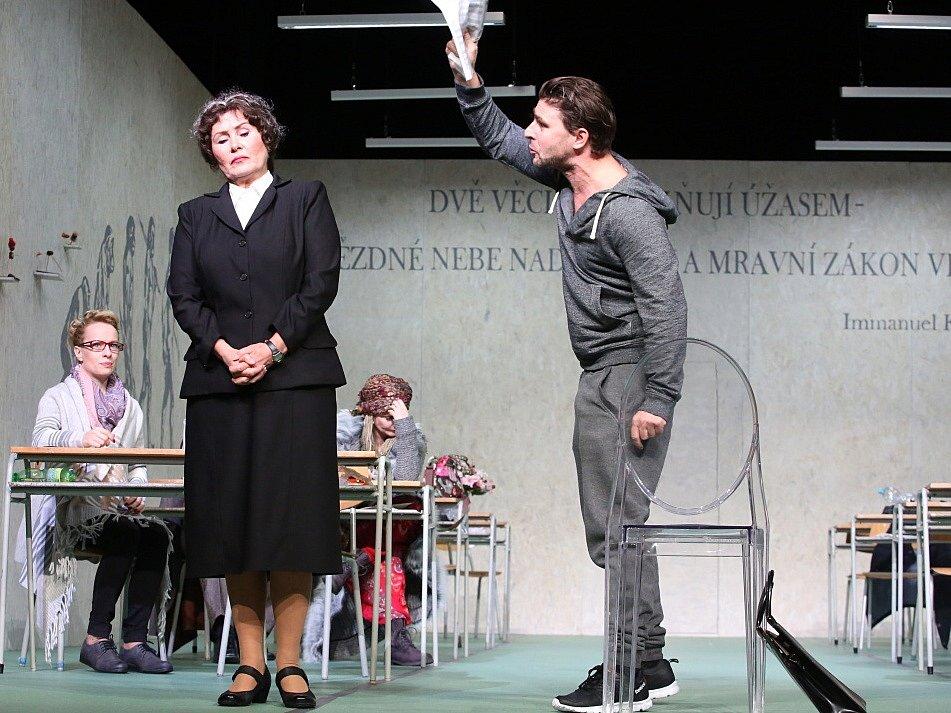 Boj rodičů s třídní učitelkou zachycuje hořká komedie Úča musí pryč!, kterou nově uvádí Jihočeské divadlo. Na snímku